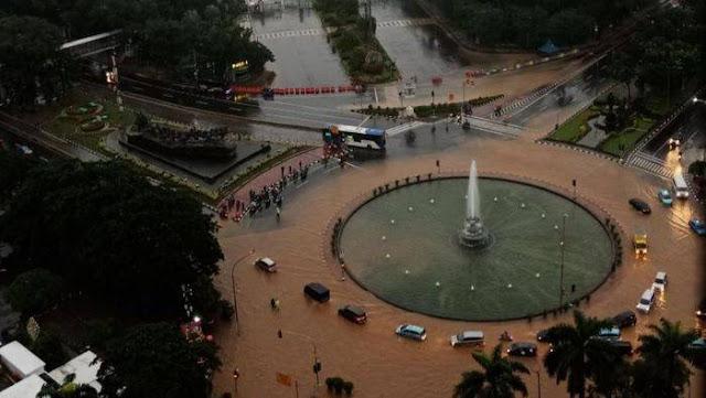 Suasana sejumlah kendaraan melintasi banjir yang menggenangi kawasan Bundaran Bank Indonesia di Jakarta Pusat, Selasa (25/2/2020) pagi. Hujan deras yang mengguyur Jakarta membuat sejumlah wilayah di Ibu Kota terendam banjir.