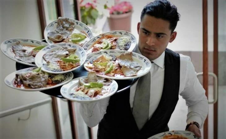 Mesero mexicano denuncia que recibió dos monedas de propina