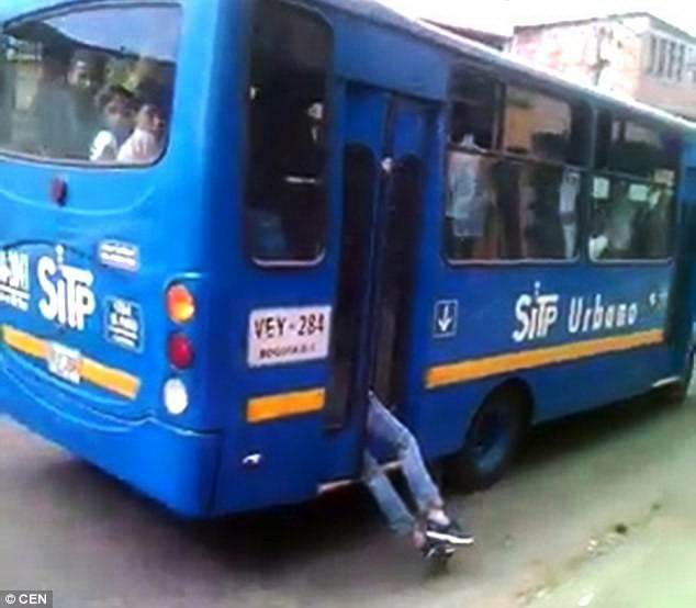 Bus driver traps robber with car door, takes him to police station