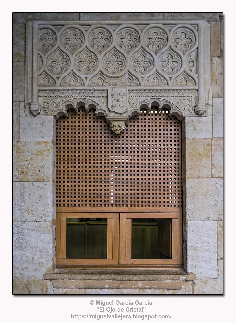 Ventana en la Casa de las Conchas, Salamanca, con el escudo de los Maldonado.