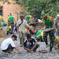 Bersama Warga Desa Neglasari, YR 323 Kostrad Melaksanakan Pengasapalan Jalan