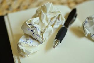 Stylo et boule de papier