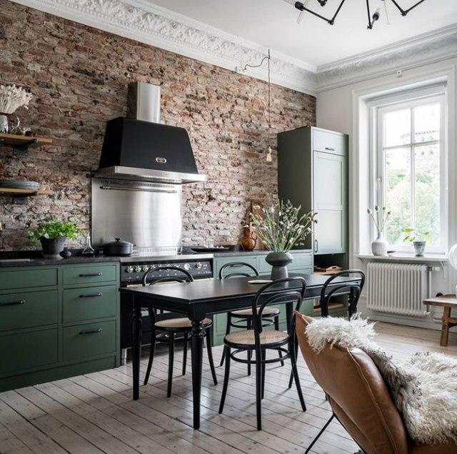 [Piccoli spazi] Una cucina verde su un muro di mattoni