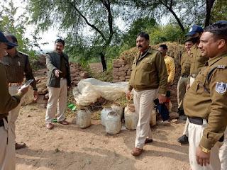 पहाड़ों के बीच कच्ची शराब उतारने के ठिकाने पर पाटन पुलिस की दबिश