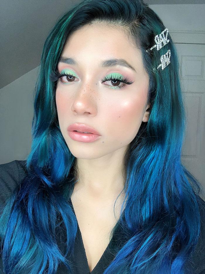 Disty pink and green cut crease makeup look by Lina Mayorga