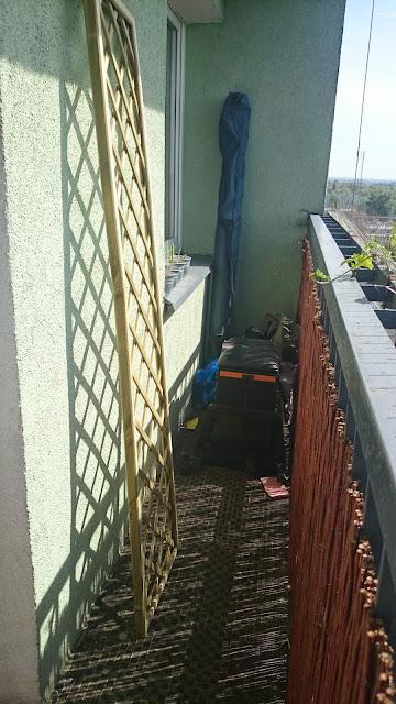 mały balkon w bloku