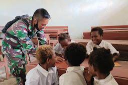 Prajurit TNI-AL Mengajar Siswa-Siswi SD YPPK Kawagit Boven Digoel