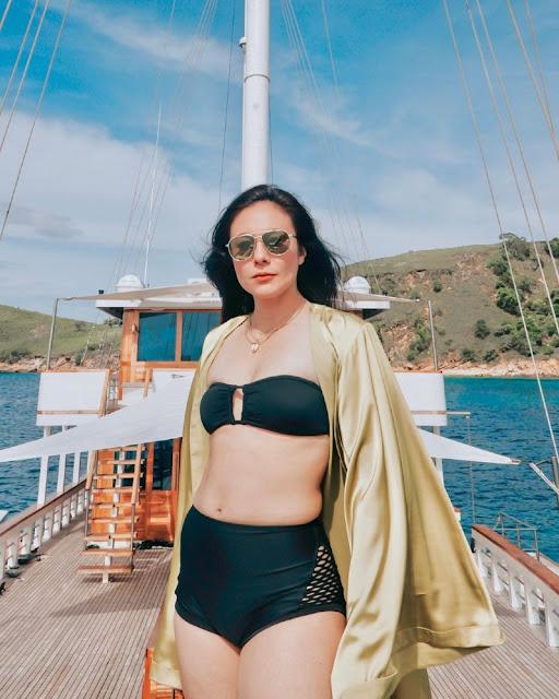 Pose Mempesona di Atas Kapal