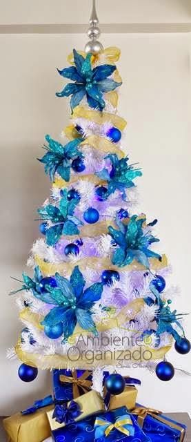Árvore de Natal branca com bolas e flores azuis