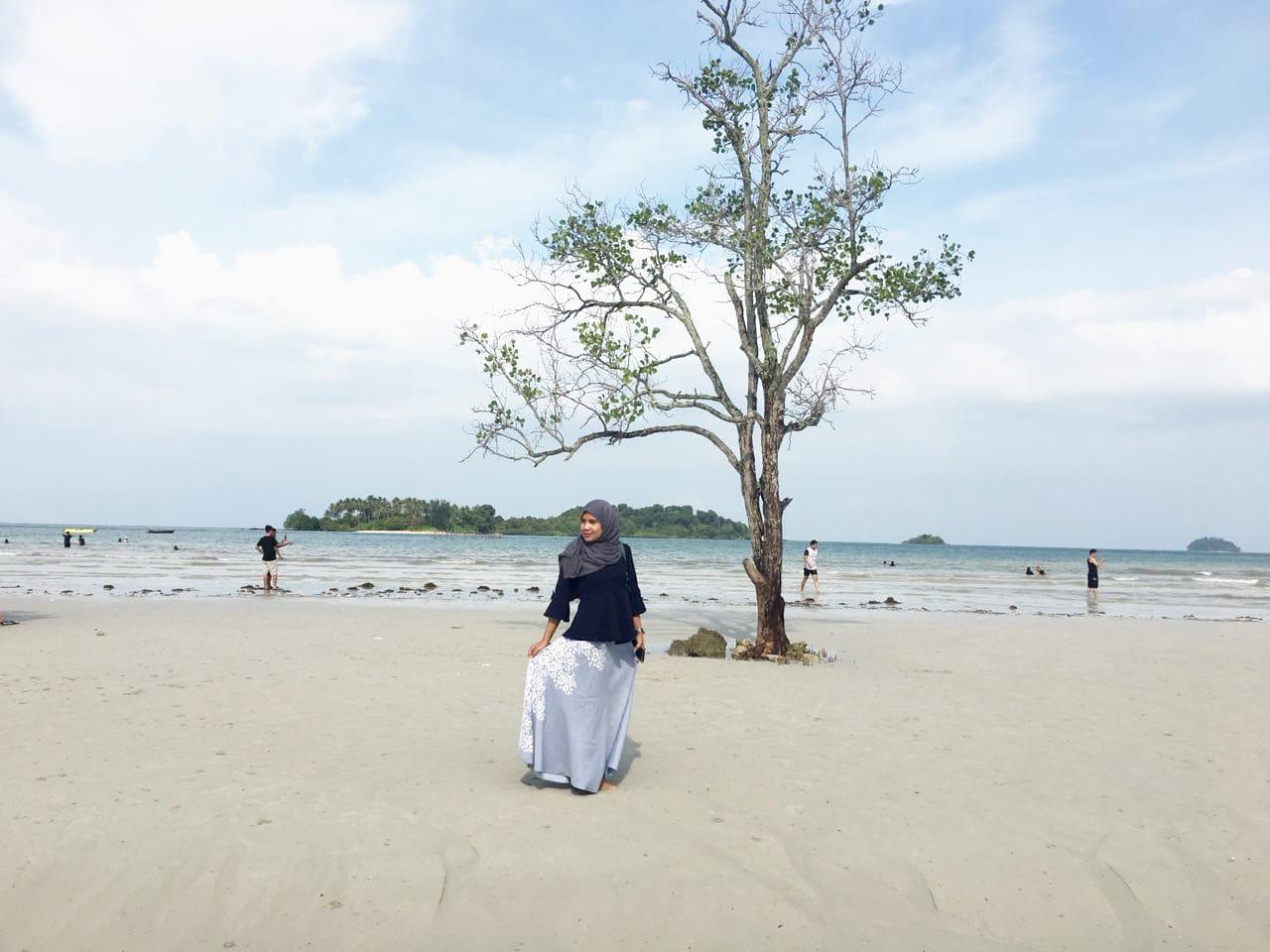 Menikmati Keindahan Laut dari Pinggir Pantai Elyora Barelang Batam