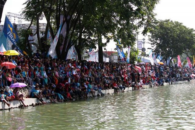 Suasana warga yang menonton Menteri Kelautan dan Perikanan Susi Pudjiastuti saat adu cepat melawan Wakil Gubernur DKI Jakarta Sandiaga Uno di Danau Sunter, Jakarta Utara