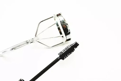 How To Use The Eyelash Curler?