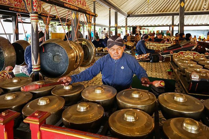Pengertian, Ciri-ciri dan Fungsi Musik Tradisional Beserta Contohnya