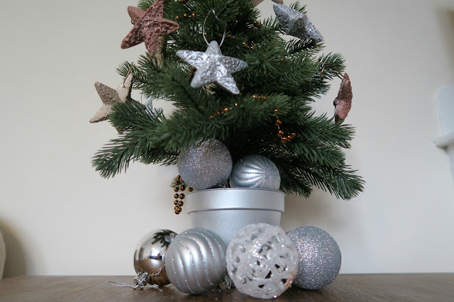 January Metallic Decoration Tree with Pinty Plus Paint