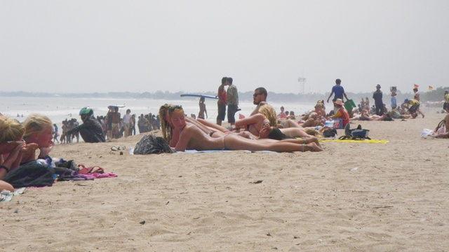 Bule Berjemur di Pantai Kuta
