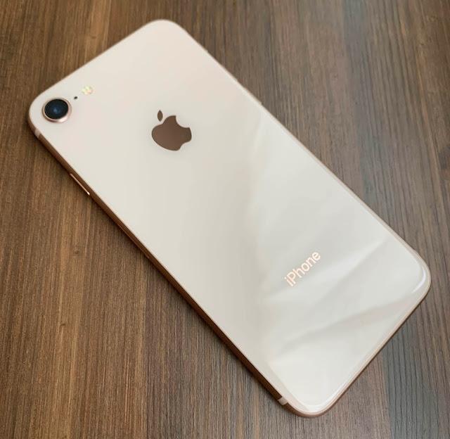 iPhone8の背面、ゴールドは8のみ