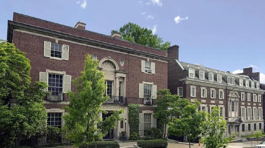 Por qué un millonario compra una mansión frente a otra que ya tiene