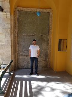 kütahya çini müzesinin giriş kapısının solunda yer alır.