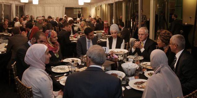 Dianggap Sepele, Apakah Boleh Makan Bareng dengan Orang Kafir?
