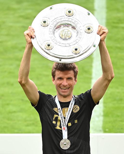 مولر يحتفل بدرع الدورى الألماني 2021