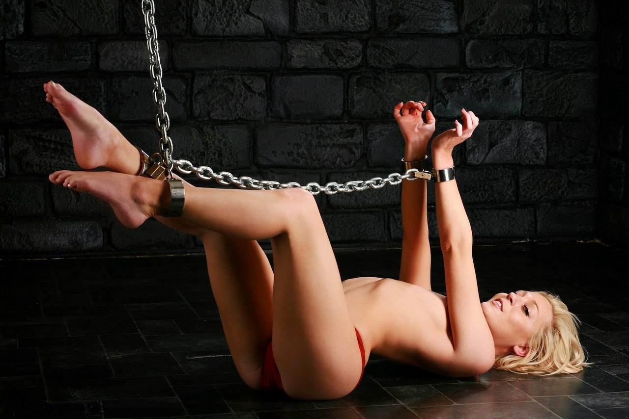 Голая девушка прикована наручниками — img 11