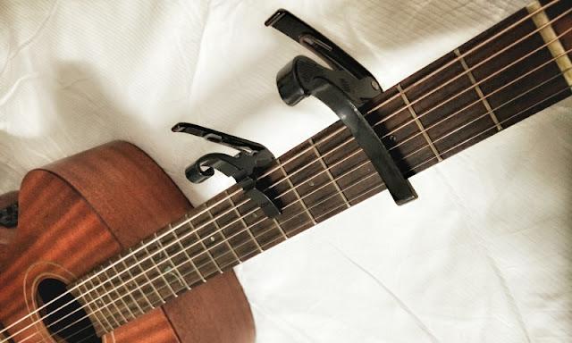 Mengenal Fungsi dan Penggunaan Capo Pada Gitar
