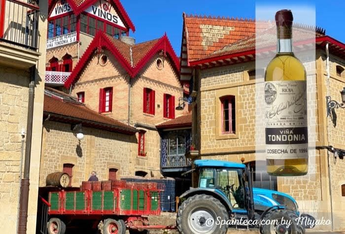 スペインのロペス・デ・エレディアワイナリーとぶどう収穫用のトラクター