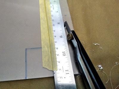 マスキングテープで鉄定規を固定したうえでPカッター