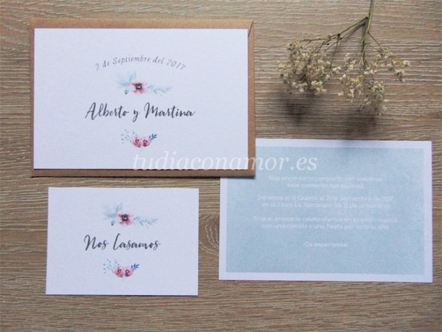 Invitación de boda con fondo verde mint y flores de acuarela