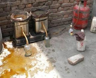 गांव-गांव धधक रही कच्ची शराब की भट्ठियां, चंद पैसों के लालच में यूवाओ की जिंदगी कर रहे बर्बाद