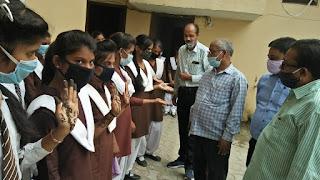 छात्राओं ने हाथों पर मेंहदी सजाकर की मतदान की अपील | #NayaSaberaNetwork