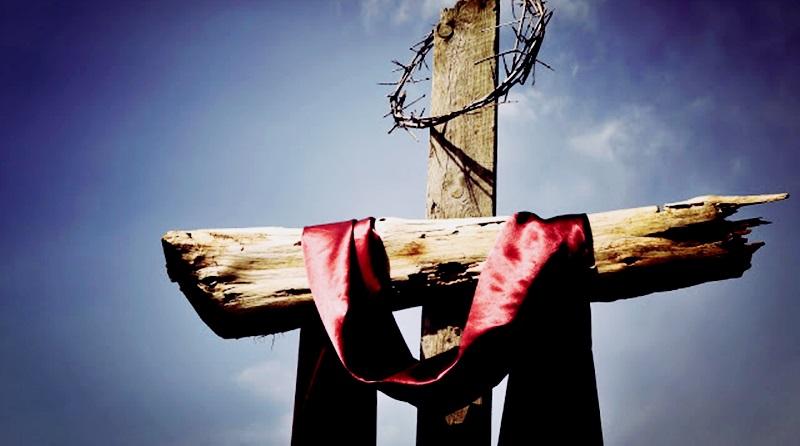 a cruz vazia apenas com o manto vermelho e a coroa de espinhos de Jesus