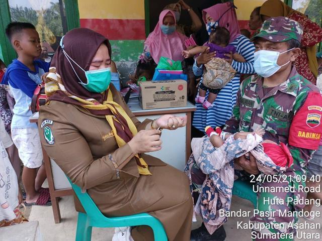 Wujudkan Keluarga Sehat, Personil Jajaran Kodim 0208/Asahan Dampingi Masyarakat Laksanakan Posyandu