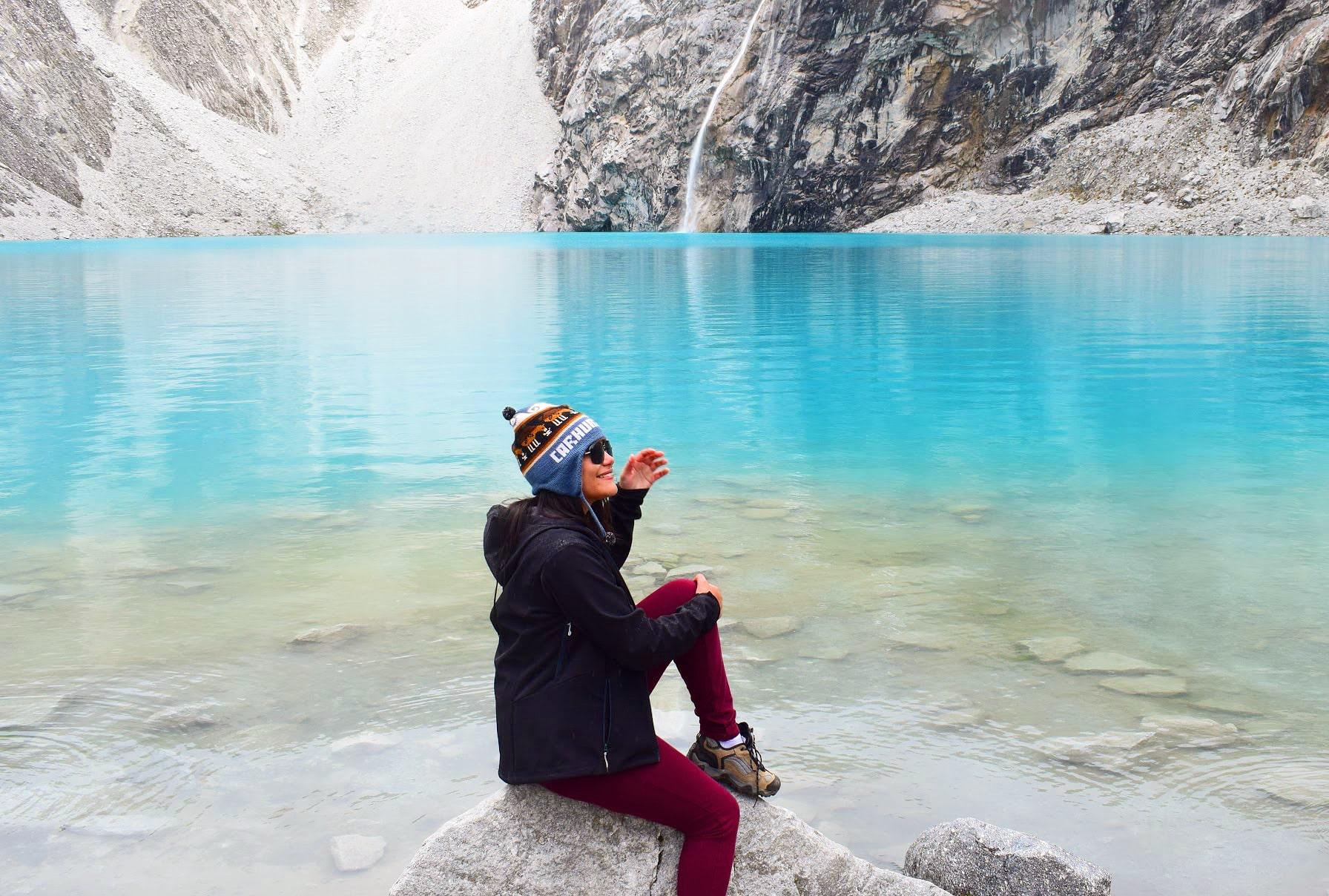 mulher sentada em uma pedra grande