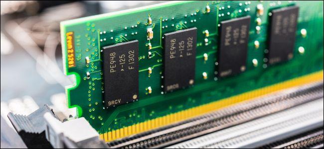 تثبيت ذاكرة الوصول العشوائي في جهاز الكمبيوتر.