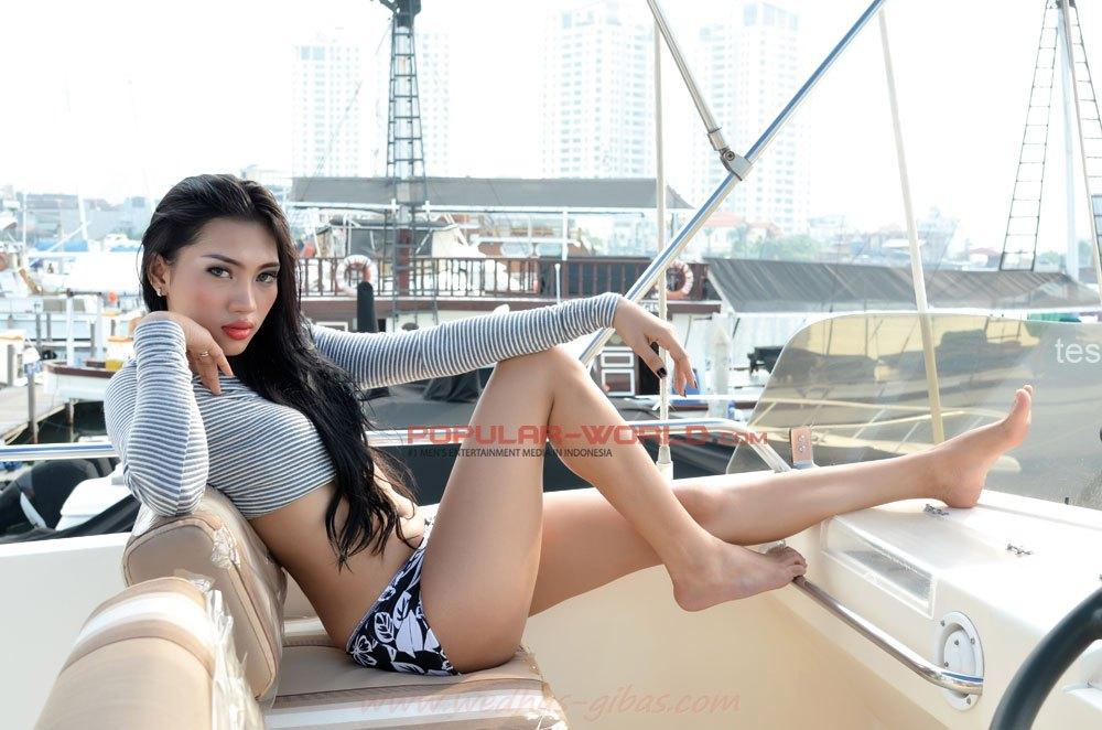 Foto Seksi Cicha Claudya di Majalah Popular