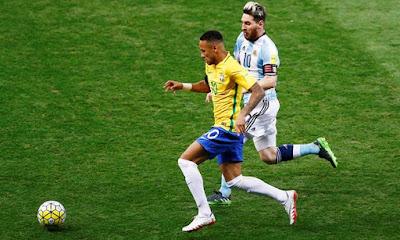 Messi hoàn toàn mất hút trong trận gặp Brazil