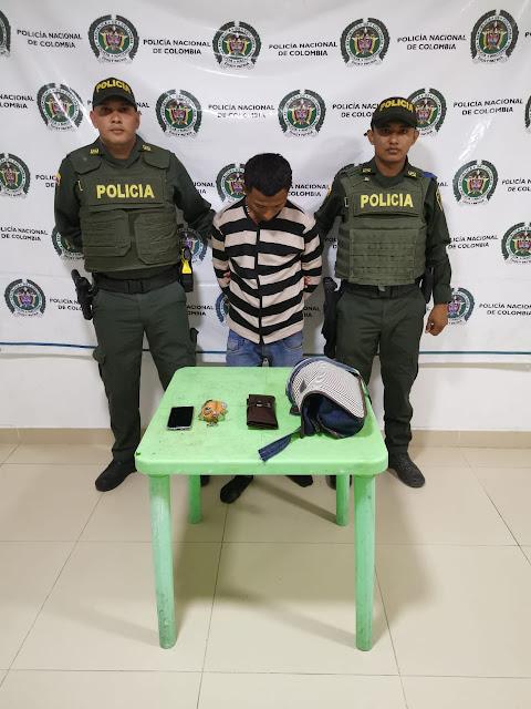 En plena plaza de Fonseca un venezolano y un adolescente le arrebataron el bolso a una mujer