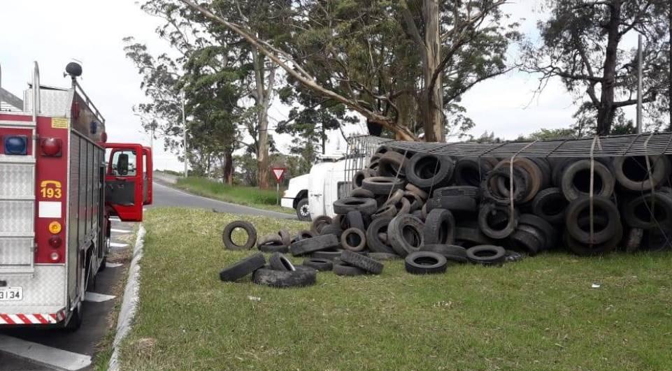 Caminhão tomba e carga de pneus