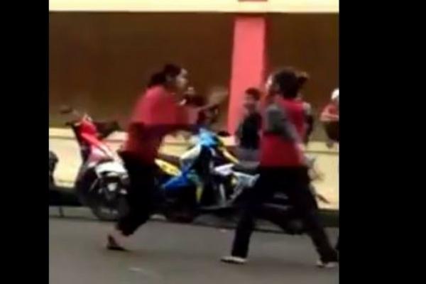 Video 2 Wanita Duel di Pinggir Jalan Malah Jadi Tontonan Layaknya