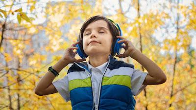 Garoto ouvindo música com fones de ouvido