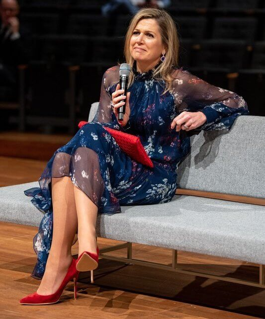 Queen Maxima blue crepe de chine, ruffles and a flowery print silk georgette dress from Natan. Red coat, pumps and clutch