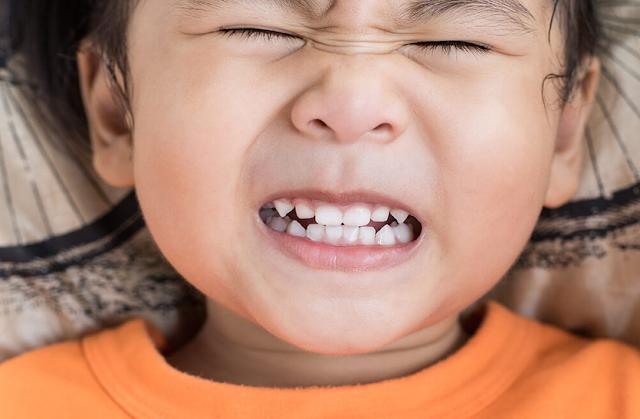 अगर सोते समय बच्चा पीसता है दांत तो हो जाएं सावधान, हो सकती है ये बीमारी