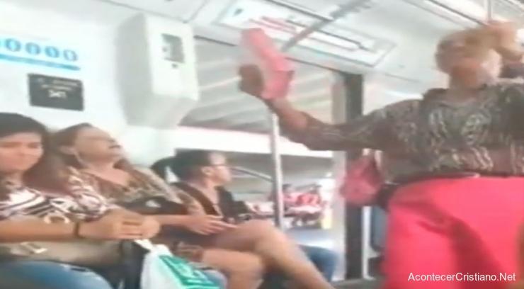 Mujer predicando en tren