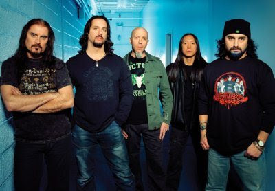 Foto de Dream Theater posando parados