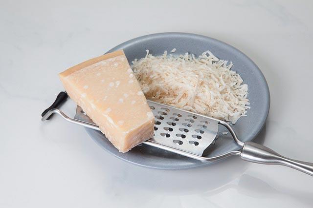 جبن البارميزان: التغذية والفوائد والاستخدامات