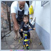Miguel aprendendo a andar de bicicleta