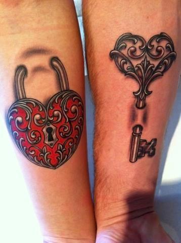 chica con tatuaje de llaves muy femenino y elegante