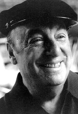 Foto de Pablo Neruda sonriendo en grises