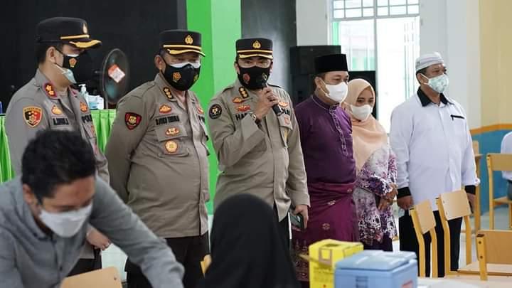 Polda Kepri Meninjau Jalannya Vaksinasi di Kabupaten Lingga